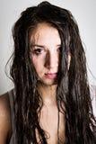 El agua fluye abajo de la cara del adolescente Fotografía de archivo libre de regalías