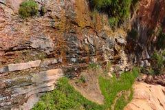 El agua gotea abajo a través de una roca fotografía de archivo libre de regalías