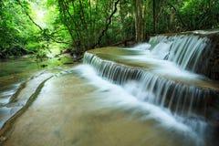 El agua hauy hermosa del kamin de los mae cae en kanchanaburi profundo del bosque Foto de archivo