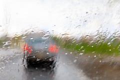 El agua hermosa cae sobre el vidrio auto y el cierre encima de la superficie de los descensos autos del vidrio y del agua en el f Fotografía de archivo libre de regalías
