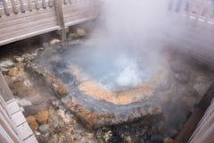 El agua hirvienda los 80 grados de la primavera caliente cent3igrada del hierro acumula la charca de Tessen, valle Jigokudani del Fotos de archivo libres de regalías