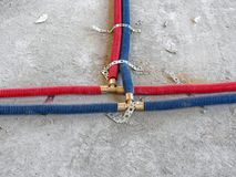 El agua instala tubos la instalaci?n en el cuarto fotos de archivo