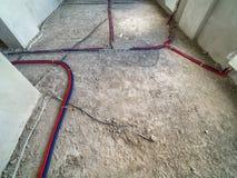 El agua instala tubos la instalaci?n en el cuarto fotografía de archivo