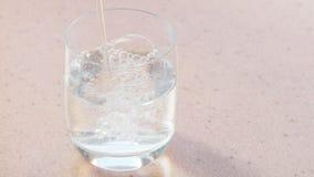 El agua mineral carbónica vierte el vidrio metrajes