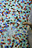 El agua mineral vierte Foto de archivo