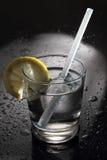El agua o el cóctel en una barra con agua cae Foto de archivo libre de regalías