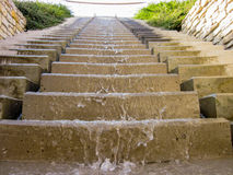 El agua que fluye abajo de las escaleras cerca ve Imagenes de archivo