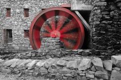 El agua roja rueda adentro el movimiento en el molino del grano para moler fotografía de archivo