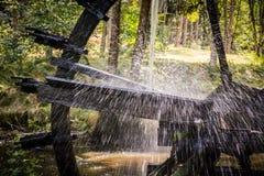 El agua rueda adentro el movimiento Fotos de archivo