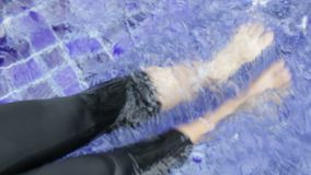 El agua salpica de las piernas femeninas almacen de metraje de vídeo