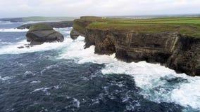 El agua salvaje del océano golpea contra los acantilados escarpados de la costa oeste irlandesa foto de archivo libre de regalías