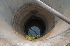 El agua se seca adentro bien Foto de archivo