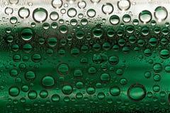 El agua verde clara burbujea condensación plástica Fotografía de archivo libre de regalías