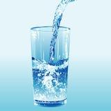El agua vertió en un vaso