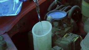 El agua vierte en el tanque en la máquina metrajes