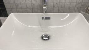 el agua vierte en el fregadero almacen de metraje de vídeo