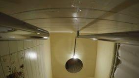 El agua vierte la ducha almacen de video