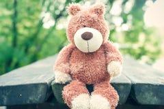 El aguardar para el dueño Juguete olvidado del oso de peluche tristeza imágenes de archivo libres de regalías