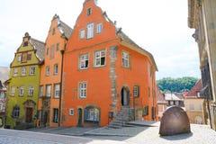 El aguilón antiguo colorido contiene - monasterio franciscano anterior - a Schwabisch Pasillo, Alemania fotos de archivo libres de regalías