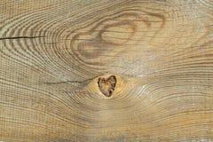 El agujero natural en la textura de madera mira como corazón Fotografía de archivo libre de regalías