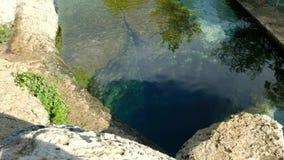 El agujero que se zambullía natural en Wimberly, Tejas llamó el pozo de Jacob metrajes