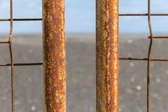 El aherrumbrar de la cerca del hierro con la corrosión Fotografía de archivo
