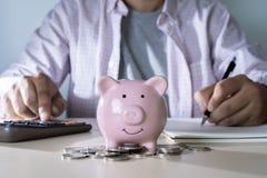 el ahorro para los jóvenes que consideran de las finanzas está ahorrando maneja inves del dinero foto de archivo libre de regalías