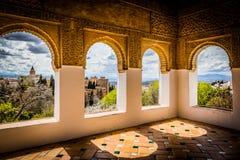 El aire abierto adornado cubrió el patio con las paredes talladas Fotografía de archivo libre de regalías