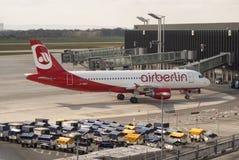El aire Berlin Airbus A320 del aeroplano se prepara para el vuelo en el aeropuerto Hannover Fotografía de archivo