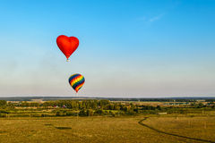 El aire caliente colorido hincha el vuelo Imagen de archivo libre de regalías