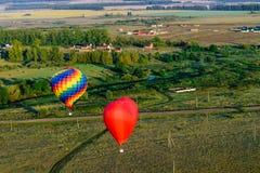 El aire caliente colorido hincha el vuelo Fotos de archivo libres de regalías