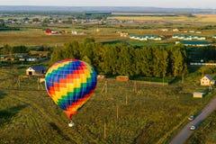 El aire caliente colorido hincha el vuelo Fotografía de archivo libre de regalías