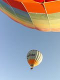 El aire caliente colorido hincha volar sobre Cappadocia Imágenes de archivo libres de regalías