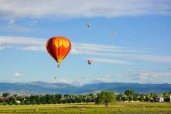 El aire caliente hincha el vuelo sobre paisaje tranquilo Foto de archivo libre de regalías