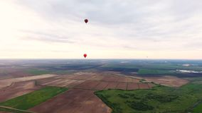 El aire caliente hincha en el cielo sobre un campo Silueta del hombre de negocios Cowering almacen de video