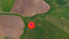 El aire caliente hincha en el cielo sobre un campo Silueta del hombre de negocios Cowering almacen de metraje de vídeo