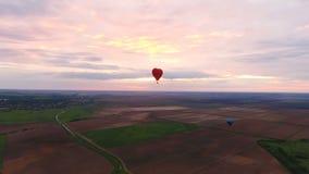 El aire caliente hincha en el cielo sobre un campo Silueta del hombre de negocios Cowering metrajes