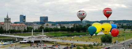 El aire caliente hincha en el centro de ciudad de Vilna Foto de archivo libre de regalías