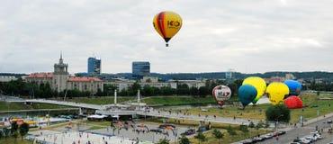 El aire caliente hincha en el centro de ciudad de Vilna Fotos de archivo libres de regalías