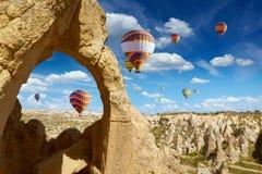 El aire caliente hincha moscas en cielo azul en Kapadokya, Turquía fotografía de archivo libre de regalías