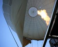 El aire caliente llena el globo Imagenes de archivo