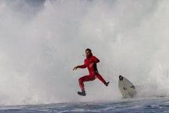 El aire de la persona que practica surf limpia hacia fuera la salida de la caída Foto de archivo