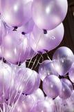 El aire se llena de los globos púrpuras festivos Imágenes de archivo libres de regalías