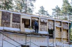 El aislamiento de una casa de marco de las lanas minerales, paredes hizo de la madera contrachapada imagen de archivo libre de regalías