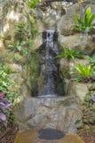 El ajardinar - cascada artificial de la roca Fotos de archivo