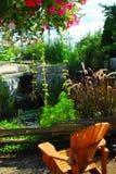 El ajardinar del patio y de la charca Fotos de archivo