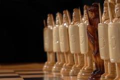 El ajedrez blanco está en un tablero de ajedrez Foto de archivo libre de regalías