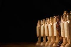 El ajedrez blanco está en un tablero de ajedrez Imagen de archivo libre de regalías