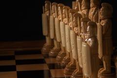 El ajedrez blanco está en un tablero de ajedrez Imagen de archivo