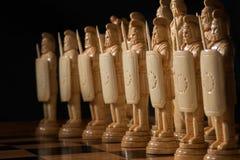 El ajedrez blanco está en un tablero de ajedrez Imágenes de archivo libres de regalías